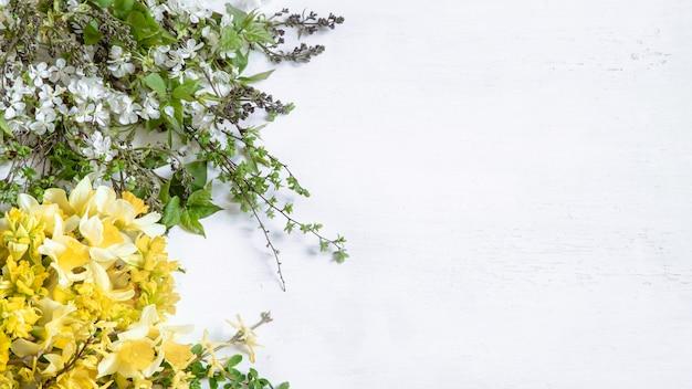 Rami floreali sul muro bianco