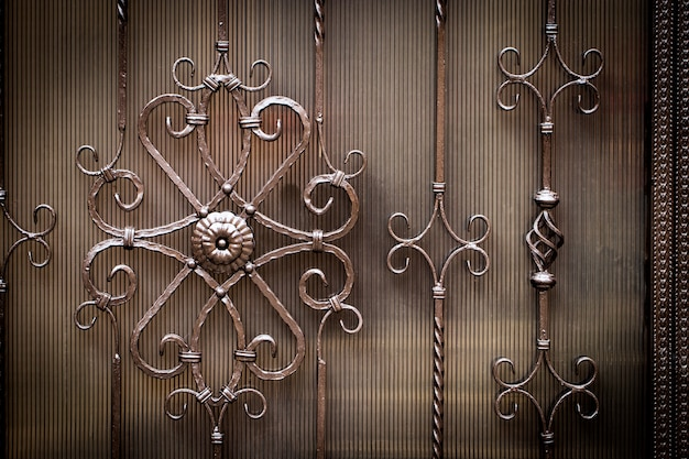 Motivo decorativo floreale, di forgiato in metallo.