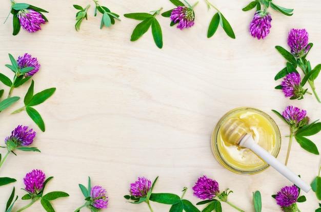 Miele floreale e fiori di campo, trifoglio, mestolo