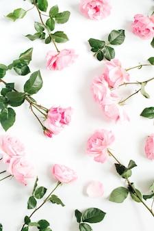Motivo floreale fatto di rose rosa, foglie verdi, rami su bianco
