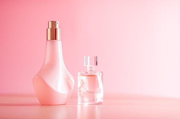 Promozione di prodotti di profumi floreali su sfondo rosa