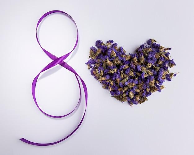 Forma di cuore e nastro floreali per la festa della donna