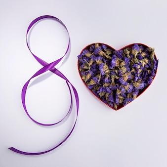 Forma di cuore del giorno delle donne floreali
