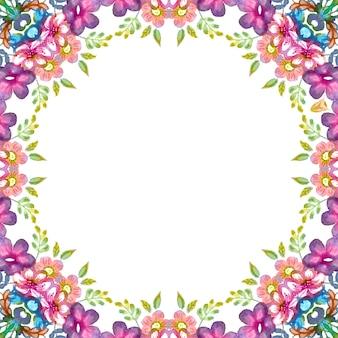 Ghirlanda floreale con fiori colorati primaverili ed estivi e foglie verdi.