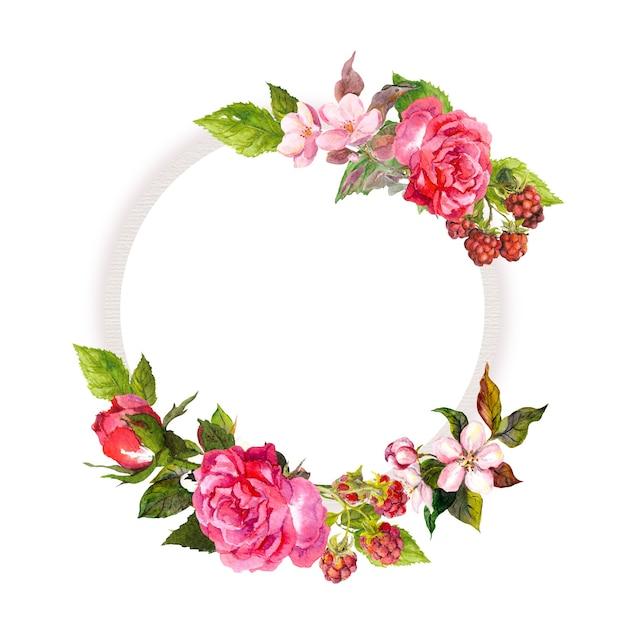 Ghirlanda floreale con rose, fiori rosa, frutti di bosco. cornice del cerchio dell'acquerello. biglietto di auguri per il tuo testo