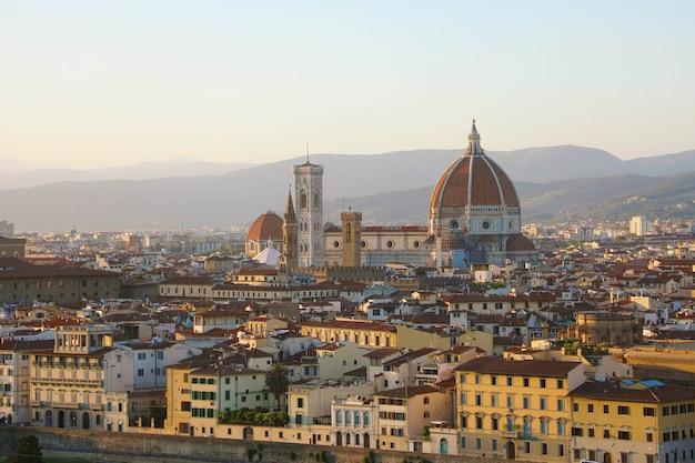 Città di firenze durante il tramonto dorato, italia