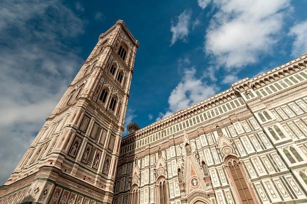 Firenze italia campanile di giotto accanto alla basilica di santa maria del fiore