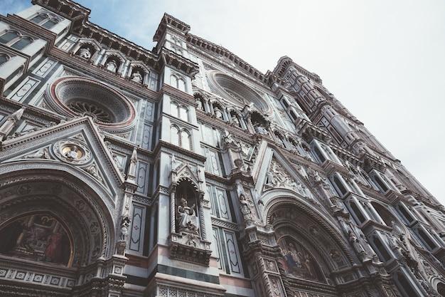 Firenze, italia - 24 giugno 2018: primo piano della facciata della cattedrale di santa maria del fiore (cattedrale di santa maria del fiore) è la cattedrale di firenze