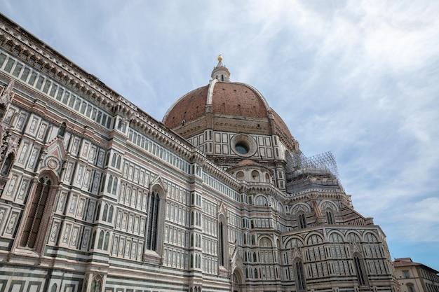 Firenze, italia - 24 giugno 2018: vista panoramica della cattedrale di santa maria del fiore e del campanile di giotto. la gente cammina in piazza in un giorno d'estate