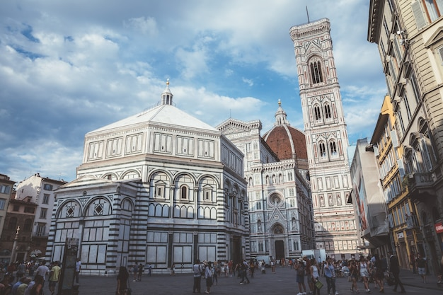 Firenze, italia - 24 giugno 2018: vista panoramica del complesso del duomo: battistero di san giovanni, cattedrale di santa maria del fiore e campanile di giotto. la gente cammina in piazza del duomo in un giorno d'estate