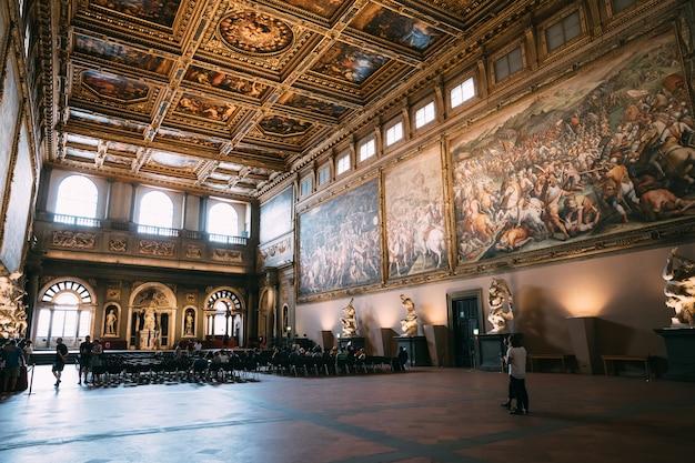 Firenze, italia - 24 giugno 2018: vista panoramica degli interni e delle arti di palazzo vecchio (palazzo vecchio) è il municipio di firenze