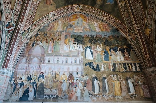 Firenze, italia - 24 giugno 2018: vista panoramica dell'interno della basilica di santa maria novella. è la prima grande basilica di firenze, ed è la principale chiesa domenicana della città