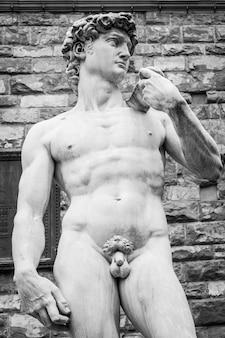 Firenze, italia. il david di michelangelo davanti a palazzo vecchio.