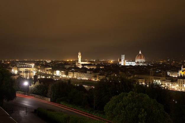 Vista notturna di firenze, panorama italiano