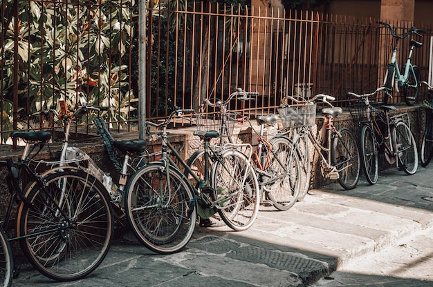 La strada di firenze è piena di biciclette. turismo e concetto di viaggio.