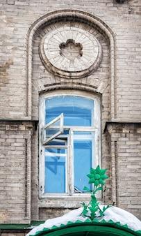 Fiorellino sulla visiera sopra l'ingresso dalla finestra dell'università di medicina di kazan