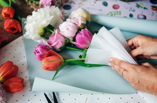 Fioraio disponendo un mazzo di fiori