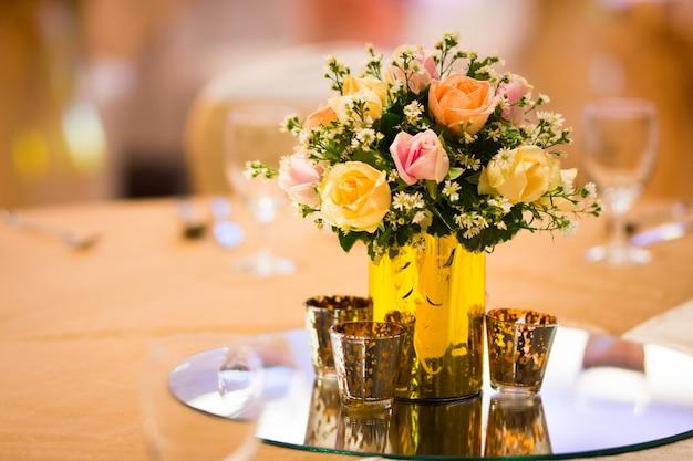 Decorazione del fiorista nella tabella di installazione di nozze interna