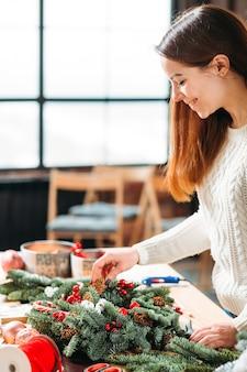 Stile di vita fiorista. signora che lavora alla decorazione domestica domestica festiva.