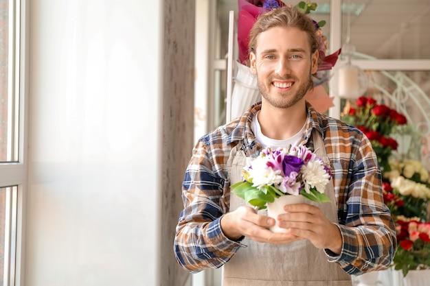 Fioraio con bellissimo bouquet in negozio