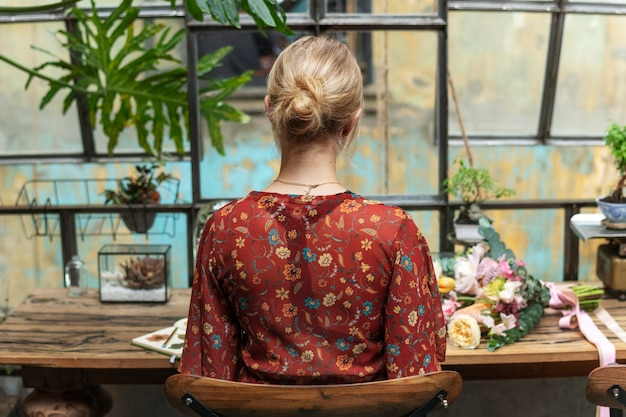 Fiorista che lavora alla scrivania