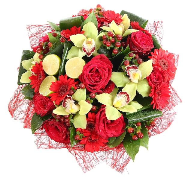 Composizione floristica di rose rosse, gerbere rosse e orchidee. composizioni floreali, progettare un bouquet, addobbi floreali. isolato su sfondo bianco.