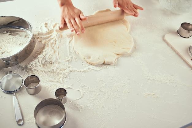 Cucinare i compiti di pasta di farina di pasta di farina