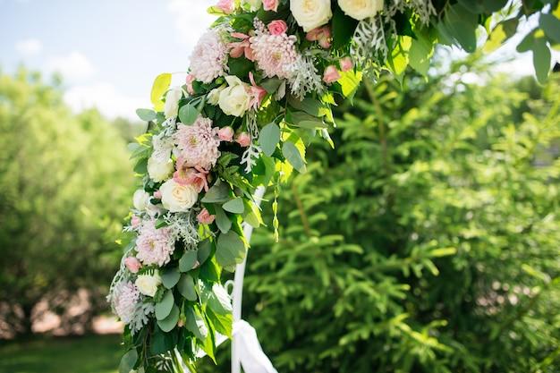 Arco di fiori al primo piano di cerimonia di matrimonio