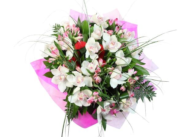 Composizione floreale, bouquet orchidee bianche isolato su sfondo bianco.