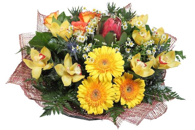 Composizione floreale grande bouquet floreale misto di gerbere gialle, orchidee giallo pallido, carciofi, rose arancioni, feverweed, margherite e felci, isolato su sfondo bianco.