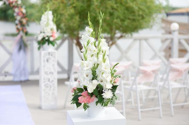 Composizione floreale per cerimonia di matrimonio all'aperto