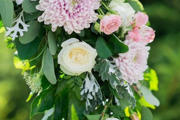 Composizione floreale per il primo piano dell'arco di nozze