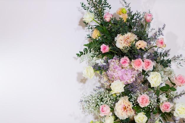 Sfondo floreale, decorazione di nozze sullo sfondo, motivo a rose, sfondo colorato, mazzo di fiori