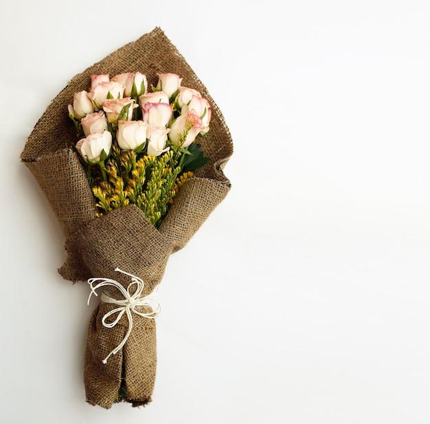 Bouquet di fiori isolato su sfondo bianco con lo spazio del testo.