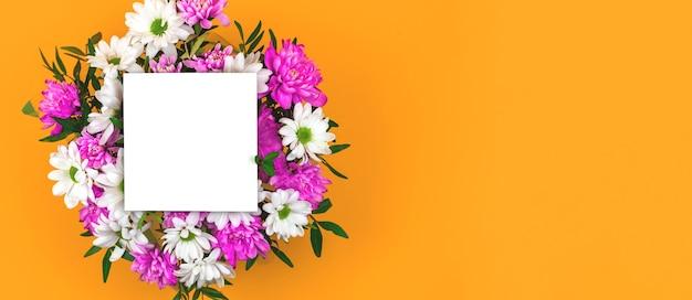 Composizione di mockup quadrato con bouquet di fiori, fiori primaverili su sfondo giallo, dimensioni banner, copia spazio foto