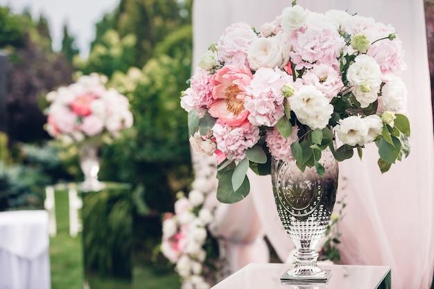 Composizioni floreali nella decorazione del matrimonio che adornano la cerimonia