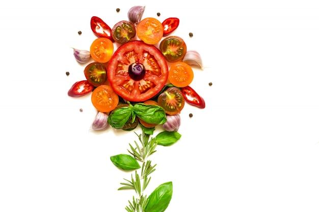 Concetto di fiore fatto con pomodori freschi sani, verdure, erbe e spezie Foto Premium