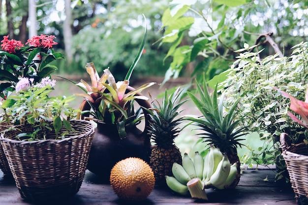 Fiore e foglie di piante verdi nel cesto di vimini decorare sul balcone della terrazza