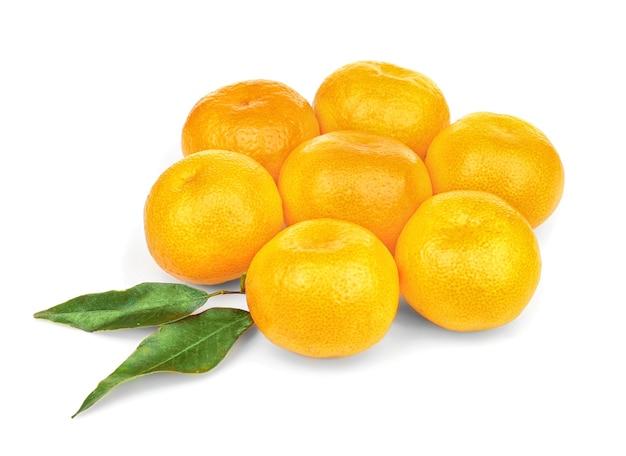 Fiore fatto di mandarini su sfondo bianco