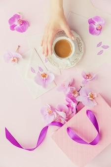 Composizione ambientale di fiori su rosa chiaro
