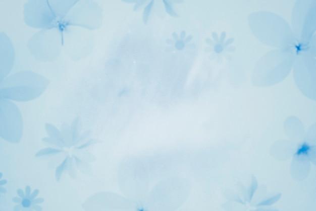 Sfondo azzurro con motivo floreale