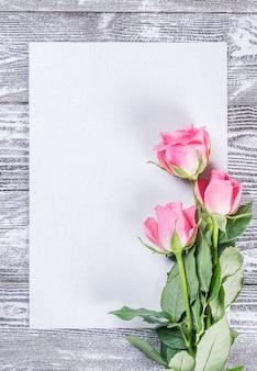 Cartolina di fiori con rose, foglio di carta vuoto, parete floreale