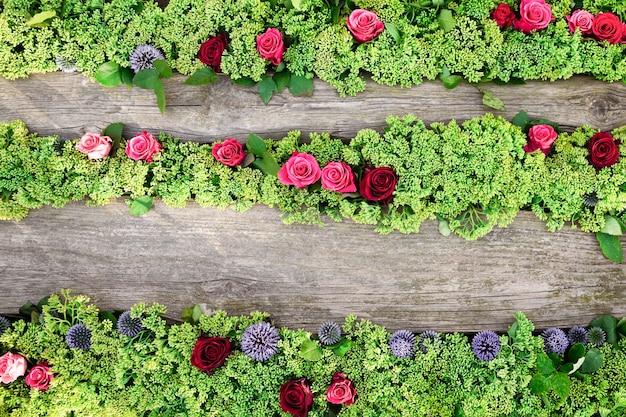 Fiore. rose e fiori di stonecrop su legno.