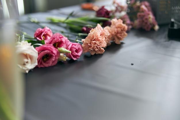 Concetto di negozio di fiori. close-up bel mazzo di fiori misti sul tavolo. sfondo.