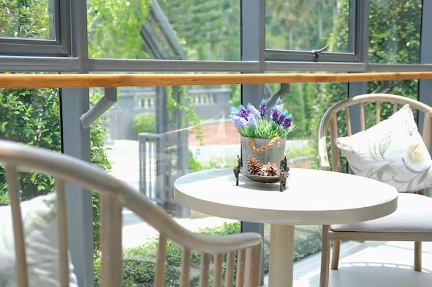 Fiore nel secchio di latta sul tavolo in soggiorno