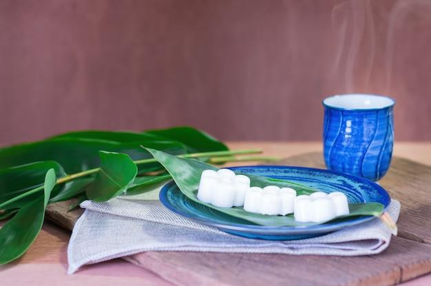 Dolci bianchi del dessert della gelatina della noce di cocco del fiore della tailandia. mangia con tè caldo al calicò.