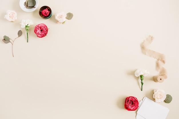 Cornice bordo fiori fatta di rose beige e rosse e garofano bianco su beige pastello chiaro