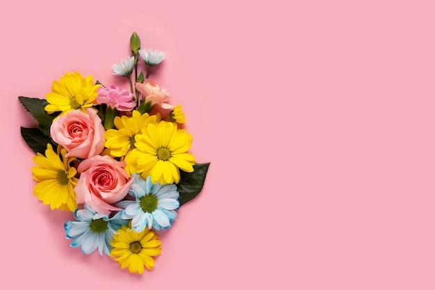 Bouquet di fiori su sfondo rosa biglietto di auguri di san valentino. copia spazio
