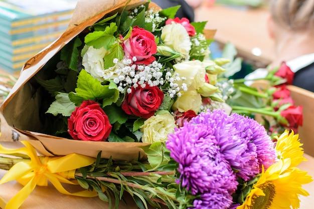 Bouquet di fiori sul tavolo