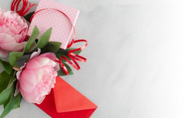 Carte di fiori dolci e regali per un giorno speciale
